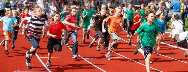 Laufende Kinder im Stadion