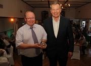 Oberbürgermeister Dr. Thomas Spies (rechts) ehrte Rolf Usinger beim Kommers zum 100. Vereinsgeburtstag mit dem Historischen Stadtsiegel.
