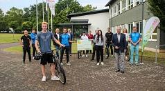 Stadträtin Kirsten Dinnebier (Mitte hinten) und Burkhard Schuldt, Leiter des Staatlichen Schulamts in Marburg (6. v. l.) überbrachten ihre Glückwünsche zum Jubiläum. Vertreter der Landesverkehrswacht Hessen und von Bikepool Hessen waren da, um die Kaufmän