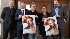 Oberbürgermeister Dr. Thomas Spies (2.v.l.) lädt zusammen mit Dekan Burkhard zur Nieden (v.l.), Kariona Kupka-Stavrou, Ruth Fischer (Fachdienstleitung Kultur) und Dr. Markus Lersch zum 16. Marburger Ökumenegespräch ein.