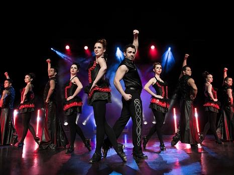 Eine Gruppe von Tänzer/-innen auf der Bühne.©ASA Event GmbH