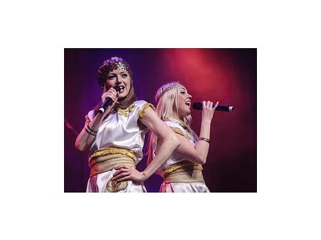 Zwei Sängerinnen während der Show.©Creativ Team Veranstaltungs GmbH