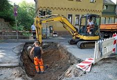 1+2: Mitarbeiter des Dienstleistungsbetriebs (DBM) sind dabei, den Schaden am Barfüßertor zu untersuchen.©Thomas Steinforth, Stadt Marburg