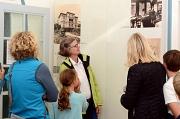 1.In der Villa, in der Emil von Behring mit seiner Familie in Marburg lebte, konnten sich die Teilnehmerinnen und Teilnehmer der Führung zum Tag des offenen Denkmals informieren, Julia Langenberg (Mitte) erklärte, wie modern das Haus für damalige Verhält