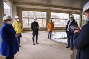 Erstmals digital: Die Stadt Marburg hat das Richtfest für die Grundschule Marbach in einer Videokonferenz übertragen und so alle Beteiligten durch das neue Gebäude geführt.
