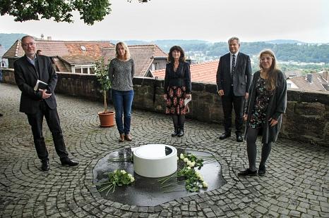 Oberbürgermeister Dr. Thomas Spies (2.v.r.) weihte das Gedenksymbol zur Hexenverfolgung gemeinsam mit Stadtverordnetenvorsteherin Dr. Elke Neuwohner (2. v. l.), Initiatorin Dr. Elke Therre-Staal (Mitte), Dekan Burkhard zur Nieden und Künstlerin Antje Dath©Freya S. Altmüller, i. A. d. Stadt Marburg