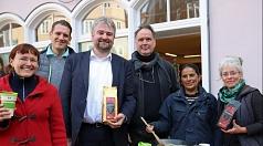 Bürgermeister und Klimaschutzdezernent Wieland Stötzel (3.v.l.), der auch selbst den fairen Elisabeth Stadtkaffee ausschenkte, unterstützte die fachdienstübergreifende Zusammenarbeit zwischen Andrea Heinz (l.) vom Fachdienst 69 Umwelt- und Naturschutz, Fa