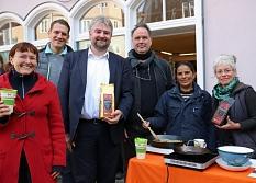 Bürgermeister und Klimaschutzdezernent Wieland Stötzel (3.v.l.), der auch selbst den fairen Elisabeth Stadtkaffee ausschenkte, unterstützte die fachdienstübergreifende Zusammenarbeit zwischen Andrea Heinz (l.) vom Fachdienst 69 Umwelt- und Naturschutz, Fa©Simone Schwalm, Stadt Marburg