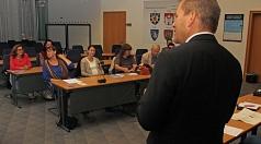 Oberbürgermeister Dr. Thomas Spies beim gemeinsamen Austausch im ersten Interreligösen Forum.