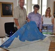 Mit einer Plastikplane Zeichen setzen – hunderte von Menschen aus der Partnerstadt Sfax und Marburg haben das bereits getan. Bürgermeister Dr. Franz Kahle (Mitte) und die Ansprechpartnerin für Städtepartnerschaften der Stadt Marburg, Lisa Bast (r.), macht