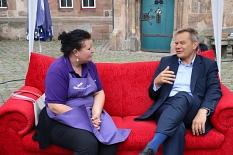 Die Gelegenheit zum Gespräch auf dem Roten Sofa nutzten sowohl Bürger*innen als auch Ladenbetreiber*innen.©Thomas Steinforth, Stadt Marburg