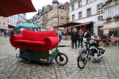 Mittels eines Lastrades wurde das Rote Sofa zu den verschiedenen Standorten transportiert.©Thomas Steinforth, Stadt Marburg