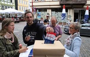 Die Bürger*innen konnten ihre Anregungen auf Postkarten schreiben.©Thomas Steinforth, Stadt Marburg