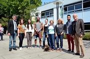 Über das gemeinsame künstlerische Arbeiten bei der Marburger Sommerakademie freuten sich Bürgermeister Dr. Franz Kahle (l.), eine Gruppe der Teilnehmenden sowie Akademieleiterin Britta Sprengel (3. v. r.) und Kulturamtsleiter Dr. Richard Laufner (r.).