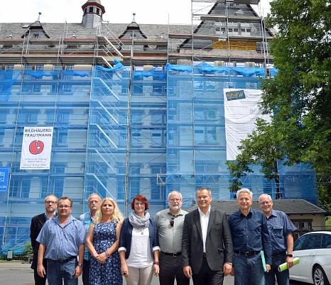 """""""Wir liegen gut im Plan"""", sagt Oberbürgermeister Dr. Thomas Spies (3. von rechts) bei der Baustellenbesichtigung an der Sophie-von-Brabant-Schule in der Uferstraße. Mit dabei sind (von rechts) Hans Jürgen Etzelmüller (stellvertretender Leiter Fachdienst S©Stadt Marburg, Birgit Heimrich"""