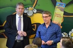 Bürgermeister Wieland Stötzel und Matthias Gnau begrüßen im Jugendtreff Volle Hütte im Haus der Jugend etwa 80 Jungen zum Boys' Day.©Universitätsstadt Marburg