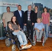 Auf 20 Jahre erfolgreiches Engagement des Behindertenbeirats blickten zurück: Oberbürgermeister Dr. Thomas Spies (hinten 2. v. l.), Stadträtin Dr. Kerstin Weinbach (hinten 2. v. r.), Behindertenbeiratsvorsitzender Franz-Josef Visse (Mitte), zweite Vorsitz
