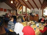 Es sitzen24 Teilnehmer aus 3 Stadtteilen an Tischen