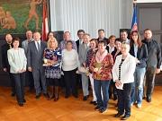 Für ihr 25-jähriges Dienstjubiläum haben Oberbürgermeister Dr. Thomas Spies (4. v. l.), Bürgermeister Dr. Franz Kahle (9. v. l.), Stadträtin Dr. Kerstin Weinbach (5. v. l., hinten) und Personalratsvorsitzender Steffen Kloske (l.) elf Mitarbeiterinnen und