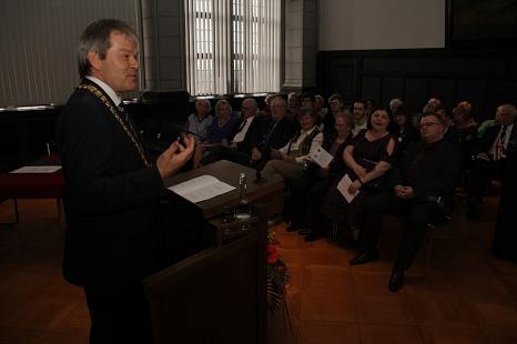 Oberbürgermeister Dr. Thomas Spies begrüßte im Historischen Saal die Gäste aus England.©Stadt Marburg, i.A. Heiko Krause