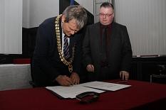 Zur Bekräftigung der Städtepartnerschaft unterzeichneten Oberbürgermeister Dr. Thomas Spies (links) und Bürgermeister Gareth Eales Urkunden.©Stadt Marburg, i.A. Heiko Krause