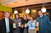 """Starke Mehrweg-Alternative für die Umwelt: Der """"Coffee to go"""" im Marburger Klimaschutzbecher verbreitet sich im Stadtgebiet. Darüber freuten sich (von links): Bürgermeister Dr. Franz Kahle, die Fachdienstleiterin Klimaschutz, Stadtgrün und Friedhöfe Mario"""
