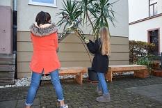 2 Mädchen halten zwei Mashoonga-Schläger in die Luft.©Universitätsstadt Marburg