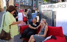 Anna Kaczmarek-Kolb vom Fachdienst Stadt-, Regional- und Wirtschaftsentwicklung im Gespräch mit zwei Bürgerinnen.©Thomas Steinforth, Stadt Marburg