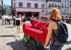Das Rote Sofa wurde auf Handwagen mit Elektromotor-Unterstützung transportiert.©Thomas Steinforth, Stadt Marburg