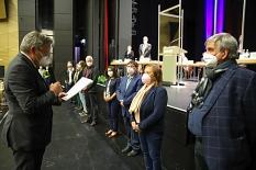 Oberbürgermeister Dr. Thomas Spies überreicht den frisch gewählten Magistratsmitgliedern ihre Ernennungsurkunden.©Patricia Grähling, Stadt Marburg