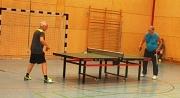 2 Tischtennisspieler an einer Platte