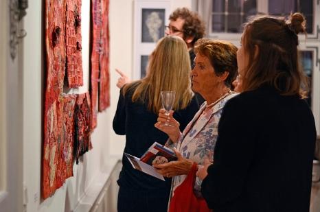 Genau hinsehen lohnt bei den Stoff-Arbeiten von Susann Hoffmeister, deren Bearbeitung des Material Teil des künstlerischen Prozesses ist.©Nadja Schwarzwäller i. A. der Stadt Marburg