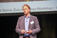 Andreas Steinle von Zukunftsinstitut Workshop hielt ein Impulsreferat über die Chancen der Corona-Krise für Unternehmer*innen.©Freya Altmüller, i.A. der Stadt Marburg