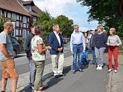 """3000 Schritte durch Bauerbach: Oberbürgermeister Dr. Thomas Spies (4. v. l.) war gemeinsam mit Ortsvorsteher Lothar Böttner (5. v. l.) und Andrea Heilmann vom Projekt """"Gesunde Stadt"""" (2. v. r.) mit Einwohnerinnen und Einwohnern im östlichen Stadtteil unte"""