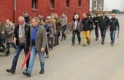 """Bei der Aktion """"3000 Schritte mit dem Oberbürgermeister"""" nutzten Einwohnerinnen und Einwohner Dilschhausens zusammen mit Ortsvorsteher Hermann Heck (vorne links) die Gelegenheit, etwas für ihre Gesundheit zu tun und Dr. Thomas Spies (vorne rechts) zu zeig"""
