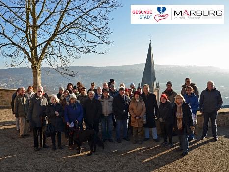 Rund 40 Marburgerinnen und Marburger genossen den Weg vom Marktplatz zum Schloss und zurück bei bestem Winterwetter.©Stadt Marburg, Philipp Höhn