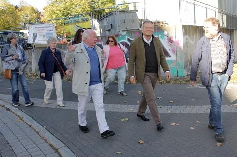 Zusammen mit Bewohnerinnen und Bewohnern erkundete Oberbürgermeister Dr. Thomas Spies den Richtsberg.©Heiko Krause i.A.d. Stadt Marburg