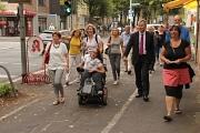 """Oberbürgermeister Dr. Thomas Spies (2. v. r.) hat zusammen mit Ortvorsteherin Antje Tietz (r.) und Bewohnerinnen und Bewohnern des Südviertels im Rahmen der Aktion """"3000 Schritte mit dem OB"""" einen Spaziergang im Quartier gemacht."""