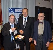 Oberbürgermeister Spies nimmt einen Automatisierten Externen Defibrillator vom stellvertretenden Vorsitzenden des Fördervereins Prof. Dr. Bernhard Maisch (l.) und dem ersten Vorsitzenden Prof. Dr. Hans Kaffarnik (r.) entgegen.