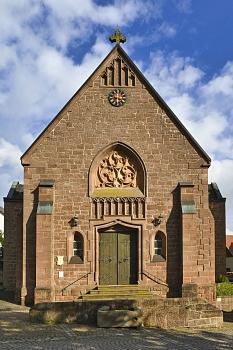 Die katholische Pfarrkirche St. Cyriakus wurde ab 1250 als sogenannte Wehrkirche umfunktioniert und baulich ergänzt.©Georg Kronenberg