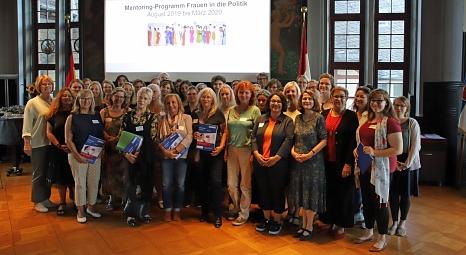 """""""Frauen in die Politik"""": Mehr als 30 Frauen machen bei dem Mentoring-Programm der Stadt Marburg mit. Gemeinsam mit ihren Mentorinnen haben sie sich nun erstmals getroffen.©Thomas Steinforth, Stadt Marburg"""