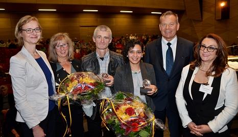 Somayeh Mansouri und Pfarrer Ulrich Biskamp (Mitte) erhielten das Historische Stadtsiegel von Oberbürgermeister Dr. Thomas Spies. Es gratulierten Katja Wolf (v. li.), Marianne Wölk sowie Goarik Gareyan.©Stadt Marburg, Birgit Heimrich