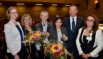 Somayeh Mansouri und Pfarrer Ulrich Biskamp (Mitte) erhielten das Historische Stadtsiegel von Oberbürgermeister Dr. Thomas Spies. Es gratulierten Katja Wolf (v. li.), Marianne Wölk sowie Goarik Gareyan.