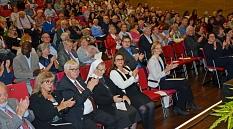 Das Publikum (mit Eisenachs Oberbürgermeisterin Katja Wolf in der ersten Reihe) applaudierte unter anderem, als OB Spies über die große Demonstration am 7. September in Marburg sprach.©Stadt Marburg, Birgit Heimrich