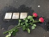 3 Stolpersteine, die im Rahmen der Stolpersteinaktion des KiJuPas im Mai 2019 gereinigt wurden. Daneben liegen 2 rote Rosen.©Universitätsstadt Marburg