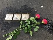 3 Stolpersteine, die im Rahmen der Stolpersteinaktion des KiJuPas im Mai 2019 gereinigt wurden. Daneben liegen 2 rote Rosen.
