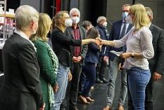 Stadtverordnetenvorsteherin Dr. Elke Neuwohner führt Lea Doobe per Handschlag in das Amt der ehrenamtlichen Stadträtin ein. Lea Doobe ist mit 29 Jahren das jüngste Mitglied des Magistrats.©Patricia Grähling, Stadt Marburg