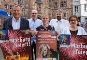 """Oberbürgermeister Dr. Thomas Spies (v.l.), Georg Kronenberg und Katharina Deppe (Marbuch-Verlag), Bürgermeister Wieland Stötzel und Stadträtin Kirsten Dinnebier werben für das Stadtfest """"3 Tage Marburg"""", das am Freitag startet."""