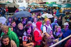 Viele Besucher*innen trotzten dem Regen zur Stadtfesteröffnung, um sich nach dem Fassbieranstich ein Glas Bier abzuholen. Auch kostümierte Drachenbootteams zeigten sich schon.©Patricia Grähling, Stadt Marburg