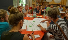 Eifrig diskutieren die Teilnehmer*innen des Workshops an den vier Thementischen.©Thomas Steinforth, Stadt Marburg